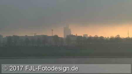 Aufziehender Nebel über dem Rhein am 3. April 2017