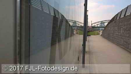 Spiegelung an der Haltestelle Schönhauser Straße